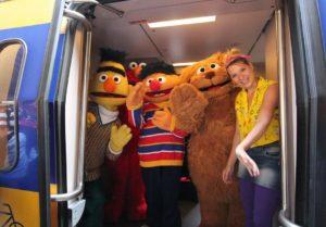 In beeld: Sesamstraat mee in de trein