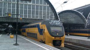 Roker trapt en slaat treinconducteur