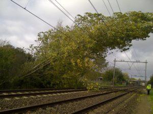 LIVE: Treinverkeer Amsterdam en Noord-Nederland valt stil door storm