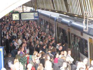 Rover klaagt bij Inspectie over volle treinen Almere Buiten
