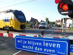 Bromfietser overleden door aanrijding met trein