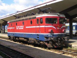 Hooligans vallen trein Servië aan