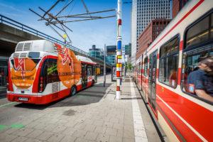 Proef: elektrische bus opladen via bovenleiding tram